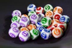 Färgglade lotteribollar i en sfär Arkivfoto