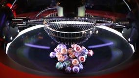 Färgglade lotteribollar i en sfär arkivfilmer