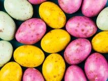 Färgglade Mini Easter Chocolate Eggs Arkivbild