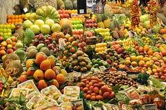 Färgglade nya frukter i marknaden arkivfoton
