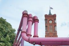 Färgglade rosa utomhus- rörledningar med ventiler, Berlin Rött stadH Royaltyfri Fotografi