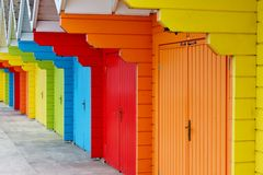 Färgglade sjösidastrandkojor Arkivfoto