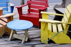 Färgglade skeppsdockastolar - Peggys liten vik Arkivbild