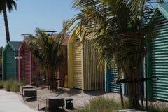 Färgglade strandkojor i Dubai arkivfoto