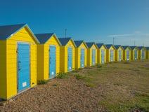 Färgglade strandkojor i Littlehampton förenat kungarike Arkivfoton