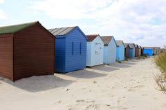 Färgglade strandkojor på stranden royaltyfri fotografi