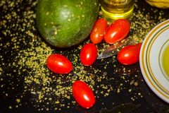 Färgglade sunda foods, organisk Olive Oil, Plum Tomatoes, frukt-, citron-, oregano- och pepparhavre för sunda matvanor nytt arkivbilder