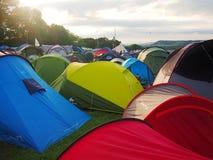 Färgglade tält på musikfestivalen Arkivbilder