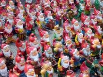 Färgglade trädgårds- gnomer, Tjeckien royaltyfria bilder