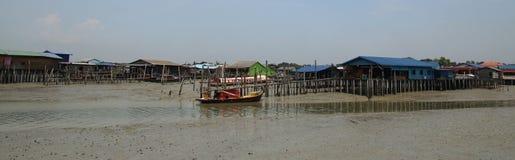 Färgglade trähus och fiskebåt i Pulau Ketam, Malaysia fotografering för bildbyråer