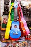 Färgglade ukulelen i en utomhus- turist- marknad arkivfoto
