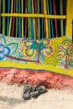 Färgglade vägggrafitti i den Pingla byn Arkivbilder