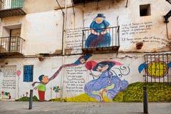 Färgglade väggmålningar på en yttre vägg Arkivfoton