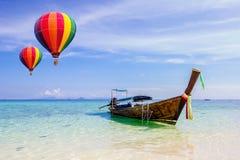 Färgglade varmluftsballonger som flyger över havet arkivbilder