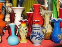 Färgglade vaser för tappning royaltyfria bilder
