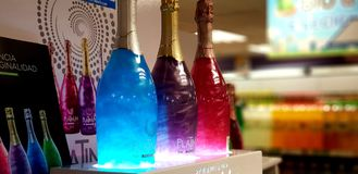 Färgglade vinflaskor arkivfoto
