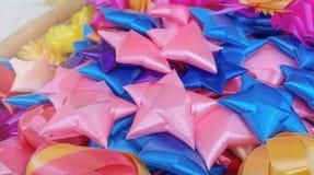 Färgglat band som bildar stjärnor och blommor Fotografering för Bildbyråer