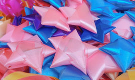Färgglat band som bildar stjärnor och blommor Royaltyfri Bild