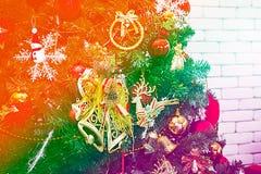Färgglat ett träd med dag för jul för gåvaask royaltyfria bilder
