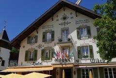Färgglat hotell i Gstaad arkivbild