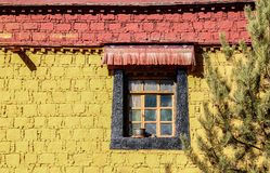 Färgglat hus med fönstret i den Samye kloster, Tibet Arkivbild