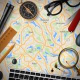 Färgglat loppbaner med översikten, tangentbord, compas vektor illustrationer