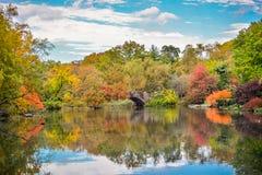 Färgglat när nedgång som kommer, höst i Central Park fotografering för bildbyråer