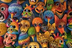 Färgglat snidit traditionellt uppvaktar maskeringar i den Otavalo hantverkaremarknaden Ecuador Royaltyfria Bilder