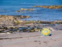 Färgglat strandparaply, Aberystwyth Arkivbild
