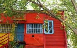 Färgglat trähus på den Caminito gatan. Arkivfoton