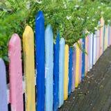 Färgglat wood staket i liten trädgård Arkivfoto
