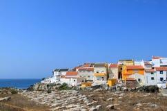 färgglatt fiske houses den penicheportugal townen Royaltyfri Fotografi