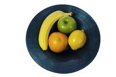 Färgglatt fruktval i modern blå bunke royaltyfria foton