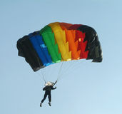 färgglatt hoppa fallskärm parachutisten royaltyfria foton