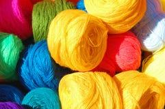 Färgglatt ullgarn ordnar till för knitters Royaltyfri Bild