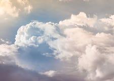 Färghimmel och moln i dagsljus royaltyfri fotografi