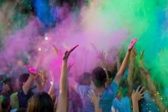 FärgHoli festival Holi beröm Moln av färgrik målarfärg i luften royaltyfri fotografi
