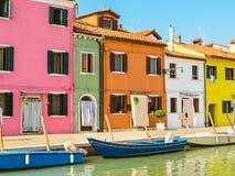 Färghus på den Burano ön, Venedig, Italien Royaltyfria Bilder