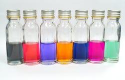 Färgindikator i en liten medicinflaska för skruvlock Arkivbilder