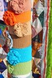 Färgklädtillbehör och mångfärgat patchworktäcke Royaltyfria Bilder