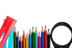 Färgläggningfärgpennor och linjal Arkivbild