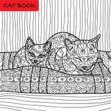 Färgläggningkattsida för vuxna människor Mammakatten och hon behandla som ett barn kattungesammanträde på soffan Hand dragen illu Royaltyfri Fotografi
