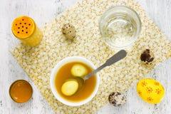 Färgläggningpåskägg från naturligt gurkmejapulver i gul colo arkivfoto