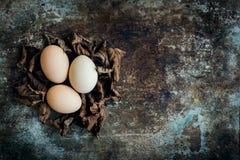 Färglösa naturliga easter ägg, lyckligt easter begrepp, retro easter Arkivbilder