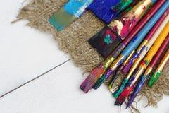 Färgmålarfärgborstar i vit bakgrund Fotografering för Bildbyråer