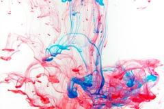 Färgmålarfärgdroppar i vatten Virvla runt för FÄRGPULVER som är undervattens- Fotografering för Bildbyråer