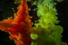 Färgmålarfärgdroppar i vatten Virvla runt för FÄRGPULVER som är undervattens- Royaltyfria Foton