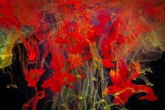 Färgmålarfärgdroppar i vatten Virvla runt för FÄRGPULVER som är undervattens- Royaltyfri Bild