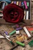Färgmålarfärger, färgpennor och blyertspennor Royaltyfria Bilder