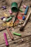 Färgmålarfärger, färgpennor och blyertspennor Royaltyfri Bild
